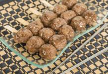 brochettes de boulettes de bœuf aux graines de sésame