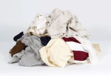 nettoyer un vêtement taché de cambouis