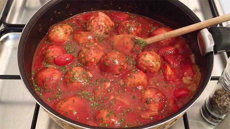 Croquettes de viande hachée à la sauce tomate